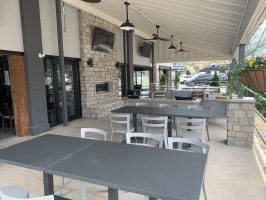Hoppin Vines outdoor patio seating